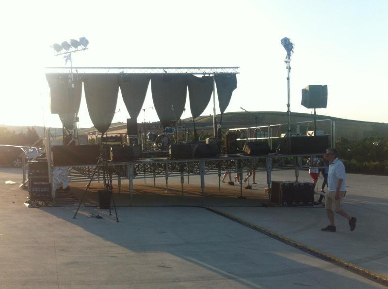 Vista del palco allestito, audio video e luci.